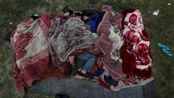 Люди ночуют под открытым небом после землетрясения в Катманду, Непал