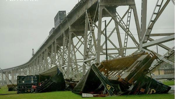 Ураган в США снес поезд с эстакады