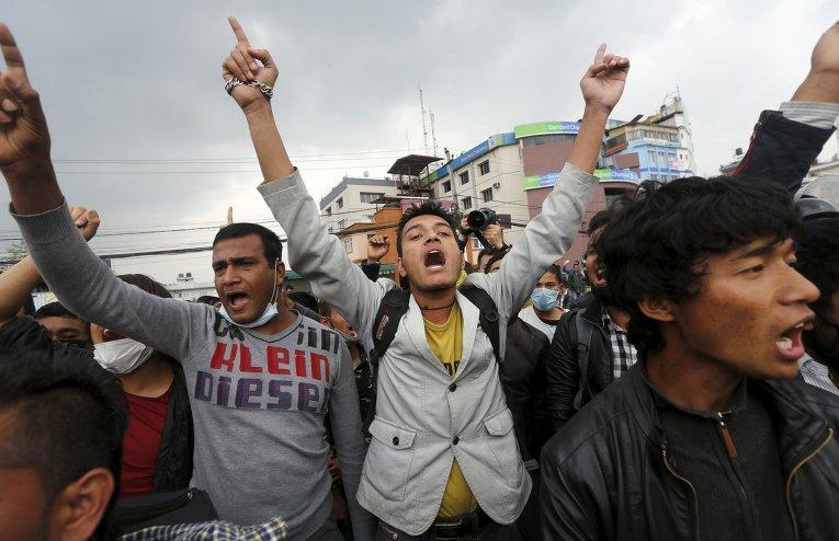 Жертвы землетрясения кричат антиправительственные лозунги
