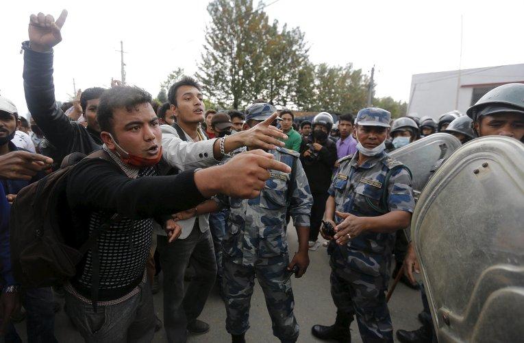 Жертвы землетрясения спорят с полицейскими во время акции протеста
