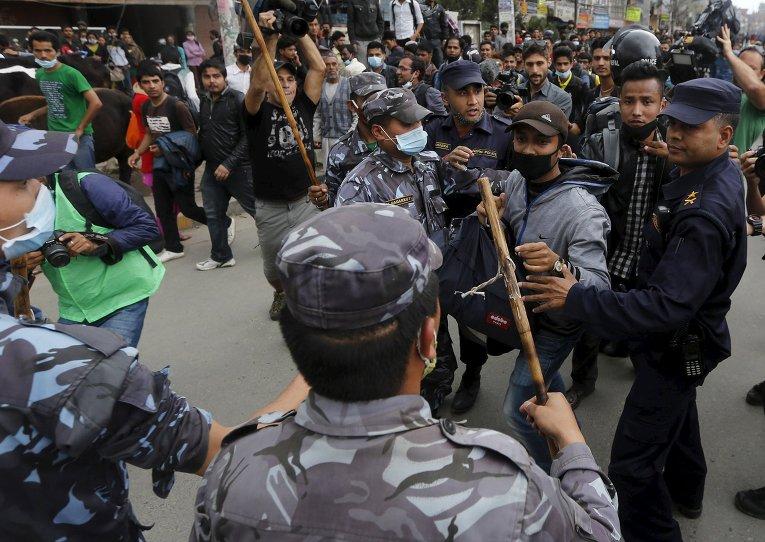 Потасовка жертв землетрясения с непальскими полицейскими
