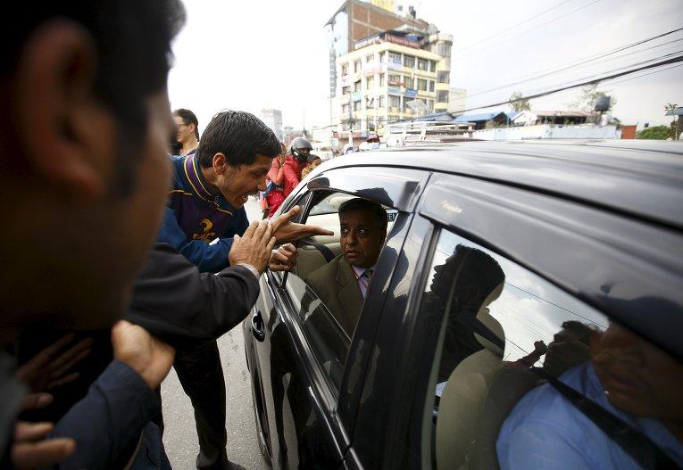 Жертвы землетрясения кричат на правительственного чиновника