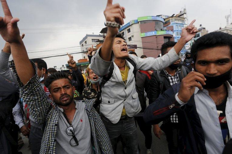 Жертвы землетрясения скандируют антиправительственные лозунги