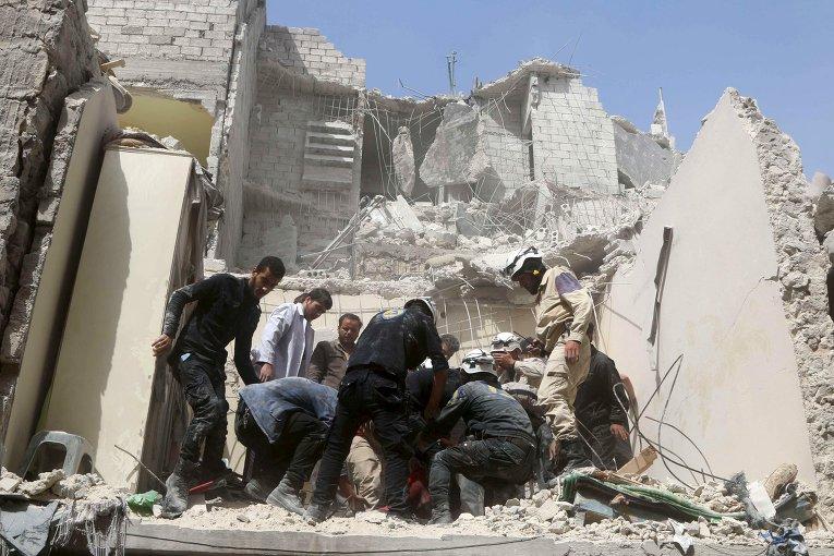 Гражданские члены обороны и жители в районе Алеппо