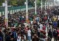 Люди ждут автобус, чтобы уехать из Катманду