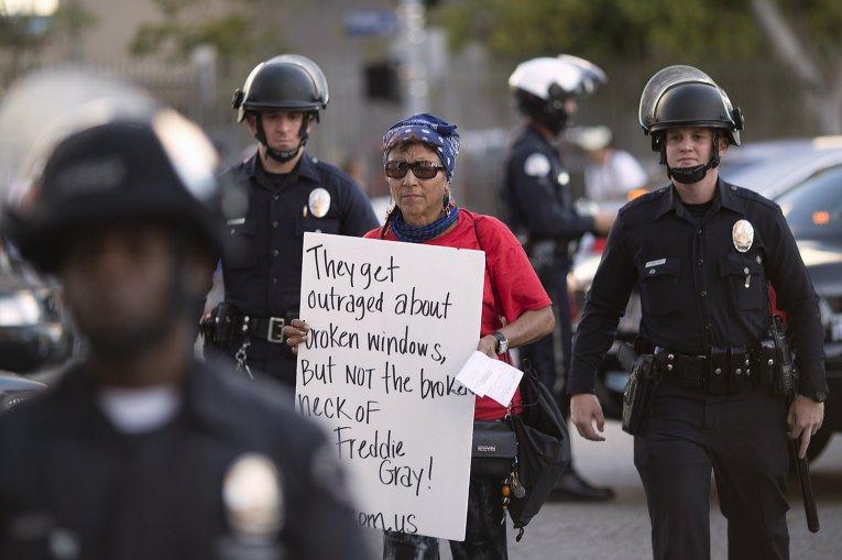 Протестующий задержан полицией в Балтиморе