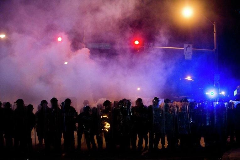 Полиция идет через облако слезоточивого газа в Балтиморе