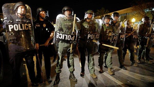 Полиция Балтимора во время комендантского часа. Архивное фото