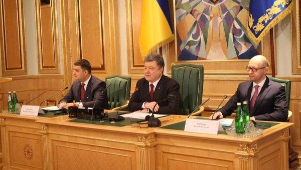 Владимир Гройсман, Петр Порошенко и Арсений Яценюк во время первого заседания Конституционной комиссии
