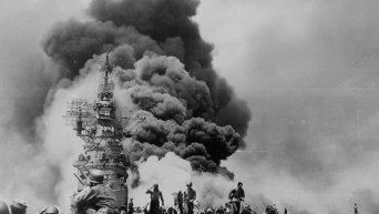 Авианосец Банкер-Хилл горит в результате атаки камикадзе, Окинава, 11 мая 1945 года.