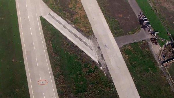 Повреждения на взлетно-посадочной полосе донецкого аэропорта