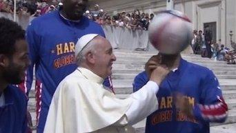 Папа Римский Франциск с игроками баскетбольной выставочной команды Гарлем Глобтроттерз
