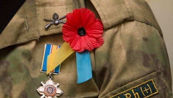 Красный мак на лацкане формы бойца АТО в Днепропетровске