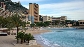 Вид на пляж и променад де Ларвотто в княжестве Монако