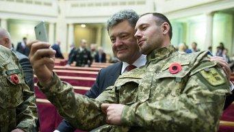 Бойцы АТО и Петр Порошенко на торжественном заседании Верховной Рады