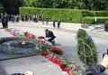 Порошенко возлагает цветы в Парке Славы в Киеве