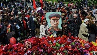 Активисты с портретом Сталина в киевском парке Славы 9 мая 2015 года