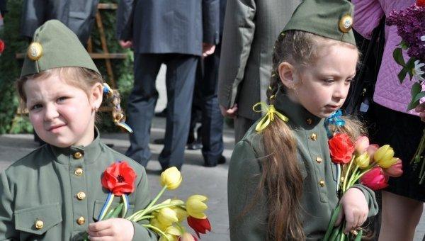 Дети во время торжеств по случаю 70-й годовщины Победы в Хмельницком. Архивное фото