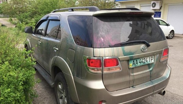 Облитый зеленкой автомобиль председателя Дарницкой райадминистрации Геннадия Синцова