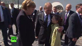 Меркель и Путин фотографируются с детьми