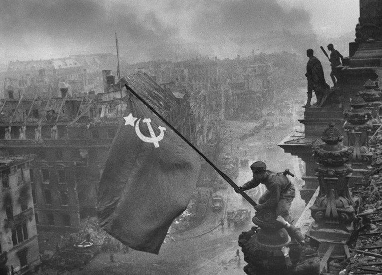 Водружение знамени Победы над рейхстагом в Берлине. 2 мая 1945 года. (Архивные фото)