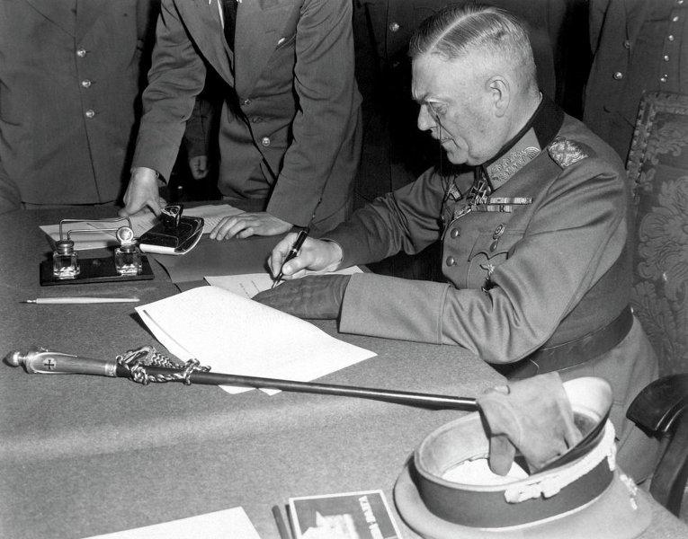 Фельдмаршал Вильгельм Кейтель подписывает Акт о безоговорочной капитуляции Германии, Берлин. 8 мая 1945 года. (Архивные фото)