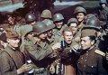 Советские солдаты и офицеры выпивают с американцами за Победу. (Архивные фото)