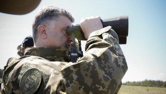 Петр Порошенко на военном полигоне. Архивное фото