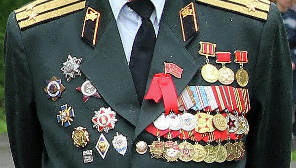 Не участник ВОВ, боевых наград не видно. Большинство медалей новодел, нижний ряд - полностью