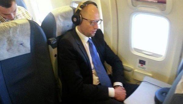 Яценюк в эконом-классе самолета