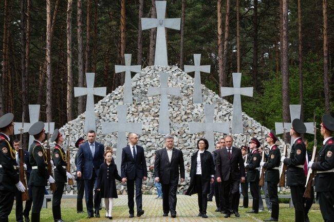 Порошенко в Национальном историко-мемориальном заповеднике Быковнянские могилы