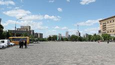 Пустую площадь окружали милицейские авто и автобусы для задержания правонарушителей