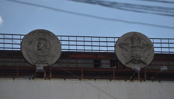 Изображение советских орденов на здании АО Большевик