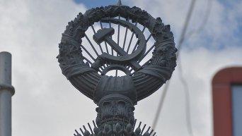 Символы СССР на мосту им. Патона в Киеве