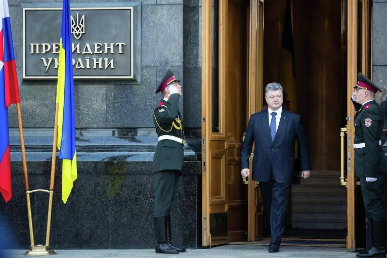 Петр Порошенко выходит из Администрации президента Украины в Киеве, 20 мая 2015 года