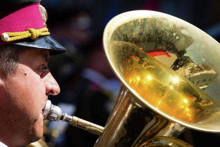 Военный оркестр исполняет гимн под Администрацией президента Украины
