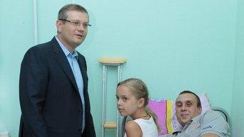 Александр Вилкул навестил раненного в больнице