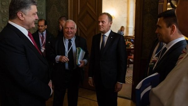 Петр Порошенко и Донльд Туск на саммите ЕС в Риге