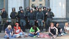Протестующие и милиционеры у Верховной Рады