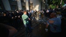 Протестующие и милиционеры у стен Верховной Рады