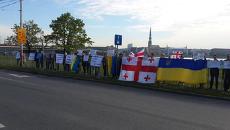 """Активисты с флагами Украины и Грузии в Риге просят открыть рынок труда для """"друзей Европы"""""""