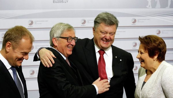 Жан-Клод Юнкер приветствует Петра Порошенко во время саммита ЕС в Риге