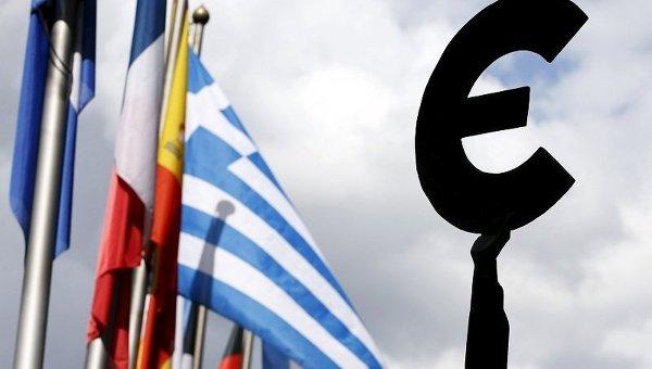 Флаг Греции возле здания Европарламента в Брюсселе, Бельгия. 21 мая 2015 г.