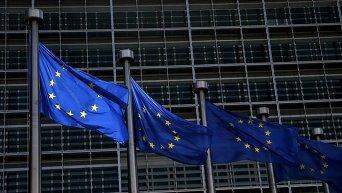 Флаги Евросоюза (ЕС) возле здания Еврокомиссии в Брюсселе, Бельгия. 13 мая 2015 г.