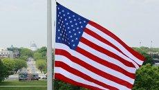 Флаг США напротив Капитолия в Вашингтоне (округ Колумбия)
