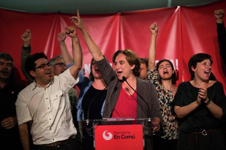 Лидеры левой коалиции Барселона вместе празднует победу на местных выборах в Испании