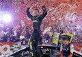 Карл Эдвардс радуется победе в NASCAR Sprint Cup в Северной Каролине.