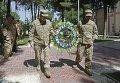 Командующий Международных сил содействия безопасности (ISAF), генерал Джон Кэмпбелл младший несет венок во время церемонии в честь Дня памяти в Кабуле