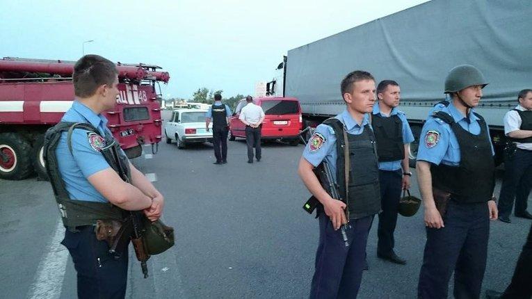 Сотрудники МВД во время спецоперации по освобождению заложников в Харьковской области