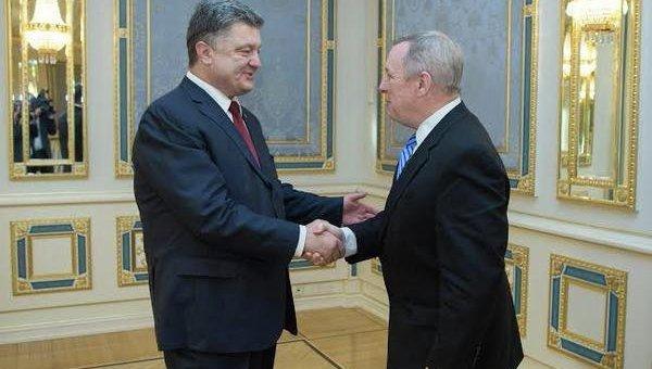 Сенатор США Дик Дурбин во время встречи с президентом Украины Петром Порошенко. Архивное фото